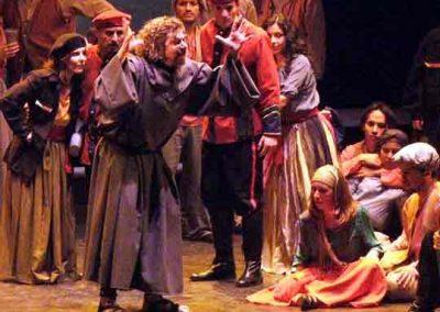 Melitone-en-Forza-del-destino-Buenos-Aires-Teatro-Avenida-luciano-miotto